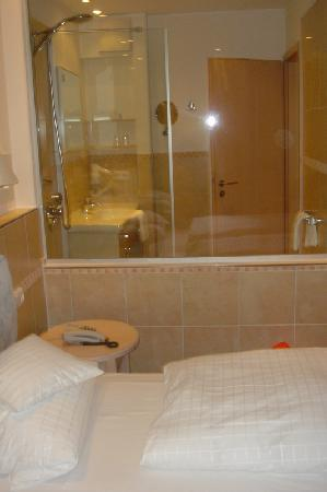 Parkhotel Flora : Double room - Glass wall to bathroom