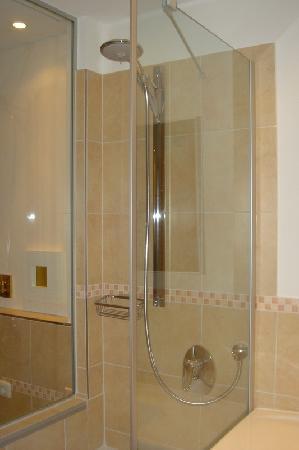 Parkhotel Flora: Bathroom