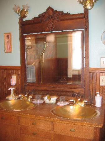 Colorado Trail House: The great bathroom.
