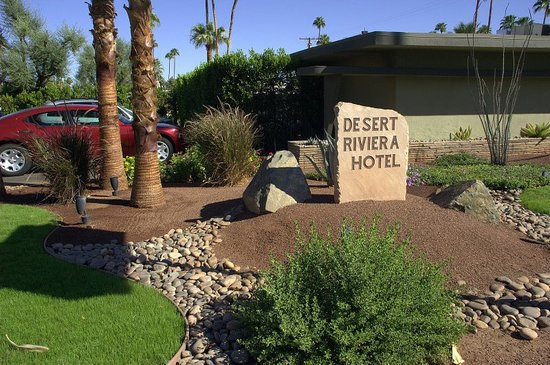 Desert Riviera Hotel: From the street, the Desert Riviera looks like one of a million small hotels