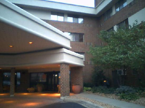 AmericInn Hotel & Suites Bloomington West: Front entry from outside