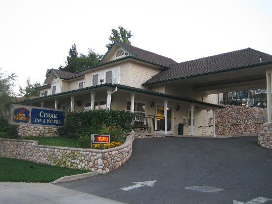 BEST WESTERN Cedar Inn & Suites: Entrance of the hotel
