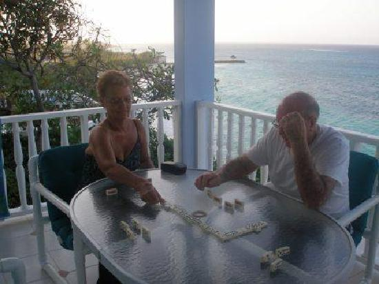 Silver Sands Vacation Villas: Playing Jamaican Dominos