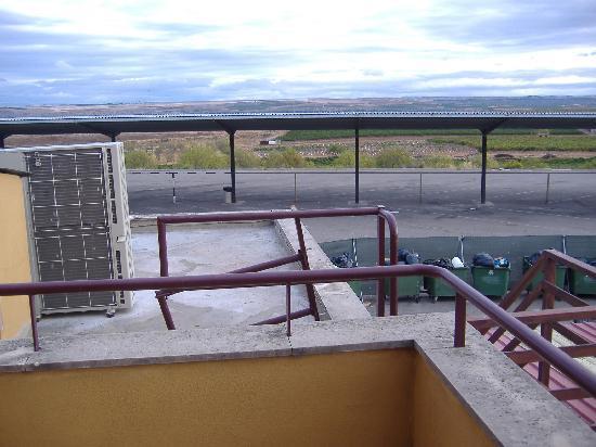 Hotel Zenit Calahorra: Vistas habitación 26, cubos de basura y refrigeradores de aire acondicionado