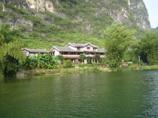 Yangshuo Mountain Retreat: Exterior of the hotel from the river