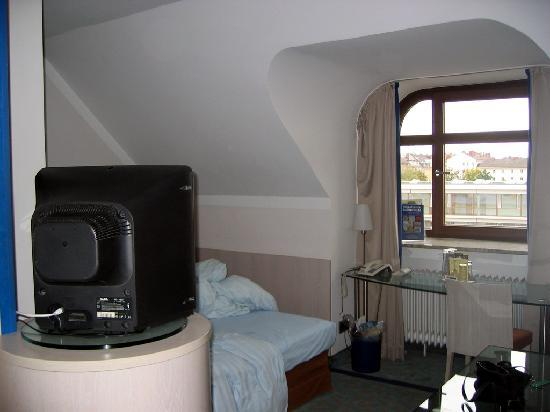 Leonardo Hotel & Residence München: Strange roofline over the bed