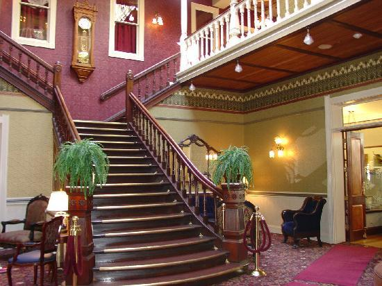 Beaumont Hotel & Spa: Staircase in Lobby