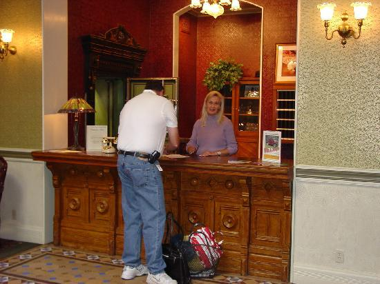 Beaumont Hotel & Spa: Front Desk