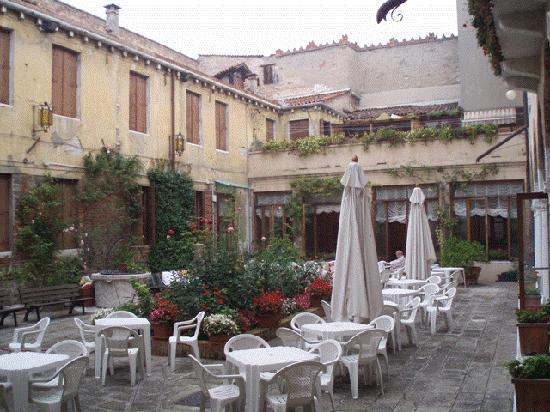 Domus Ciliota: Convent courtyard was large and pleasant