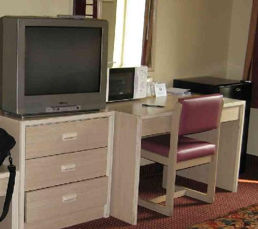 Budgetel Inn and Suites Mobile: Nice TV, small work area
