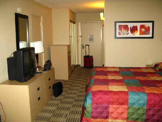La Quinta Inn & Suites Armonk Westchester Cnty Apt: TV, cabinet with fridge/micro