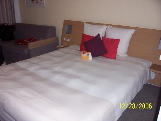 Novotel London West: Here is the bed.