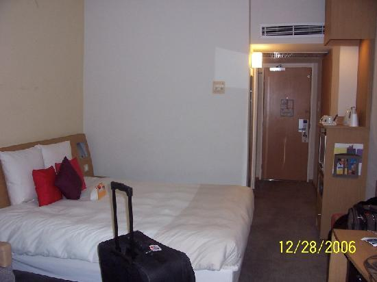 Novotel London West: Other view of room