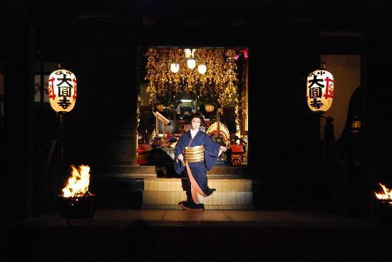 Ryokan Sawanoya: Japanese dancer