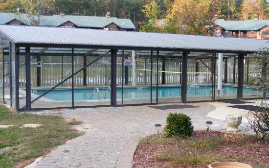 Paradise Valley Resort: Enclosed heated pool for winter and volleyball