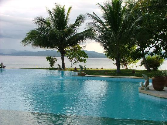 Gangga Island Resort & Spa: Pool with spitting dolphins - nice!