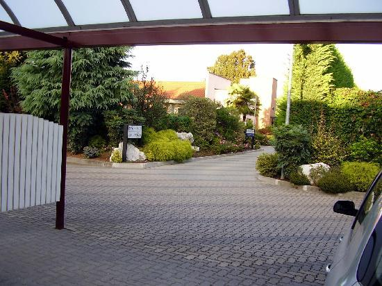 Airport Motel Malpensa : View of the motel's landscaping