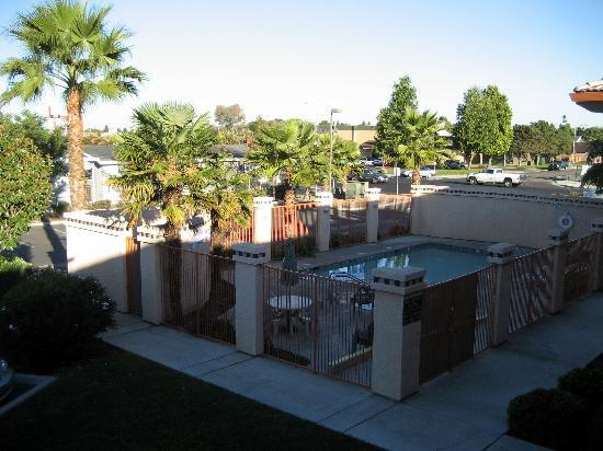 Americas Best Value Inn : View From 2nd Floor Out To East Yosemite Avenue