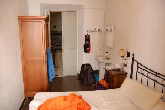 Hostal Catedral: Looking towards door, nice room