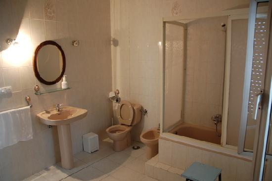 Hostal Catedral: Huge clean bathroom. No free soap