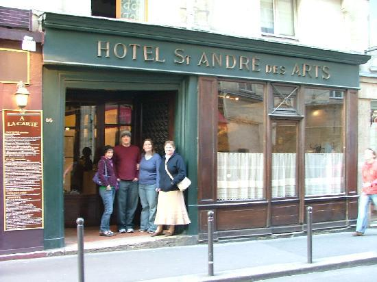 Hotel St. Andre des Arts: Family gathering in front of hotel