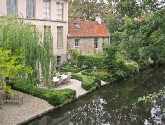Walwyck Hotel Brugge: Canal scene adjacent to the hotel.