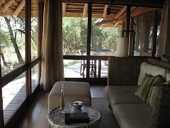 Dulini Leadwood Lodge: Living room/sitting area