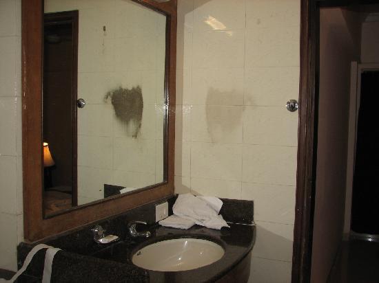 Royal Garden Hotel: Bathroom sink and mirror