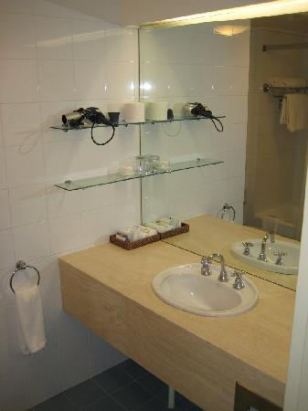 Rydges Capital Hill Canberra: Bathroom