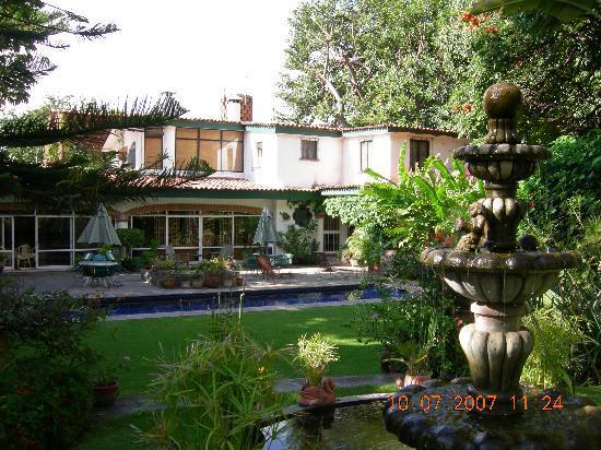 Los Artistas B & B: The garden, pool, and main building
