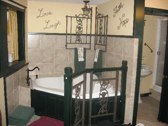Highland Breeze Bed & Breakfast: The famous Jacuzzi!