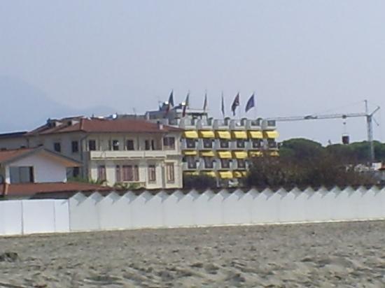 Hotel Il Negresco: Building site next to hotel