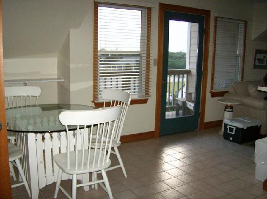 Pony Island Motel : Dining Area & Patio