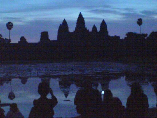 Siem Reap, Camboja: Another one...people waiting to snap a nice picture of the rising sun..