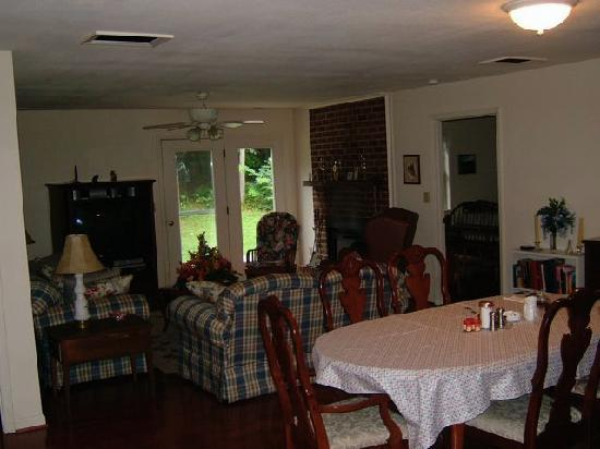Stoney Meadow Inn B&B: Large living room area