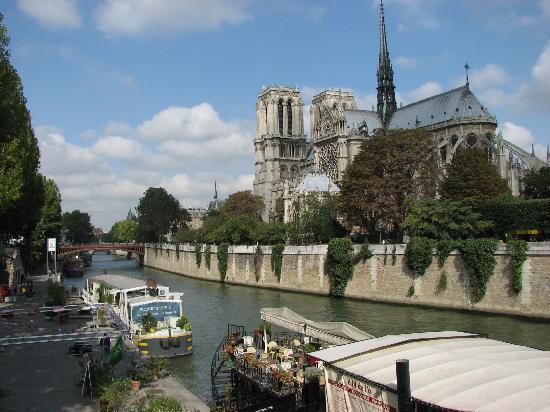 Les Degres de Notre Dame: Notre Dame - 2 blocks away