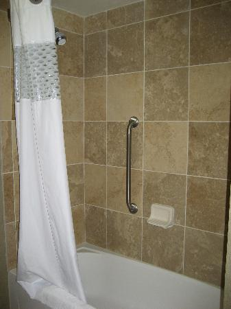 Hampton Inn San Diego - Kearny Mesa: Hampton Inn Kearny tub/shower