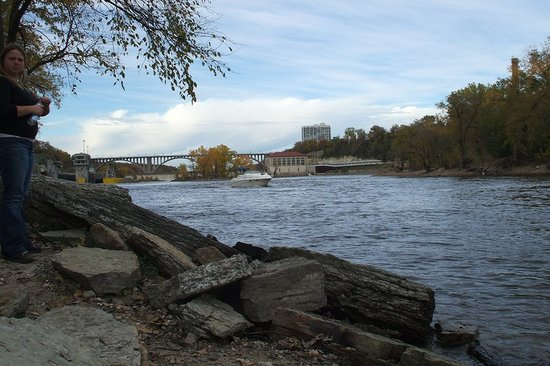 Minnehaha Park: The creek leads to the banks of the Mississpi River, here we see the Ford Bride and Dam #1