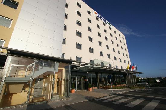 Holiday Inn Express Lisbon Oeiras: Entrée de l'hôtel