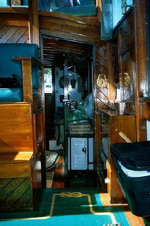 Brass Bell Floating Bed and Breakfast: looking aft towards sitting room