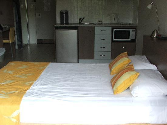 Waters Edge The Strand: Bed & kitchen