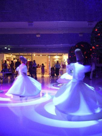 Belek, Türkei: Turkish dancers in atrium