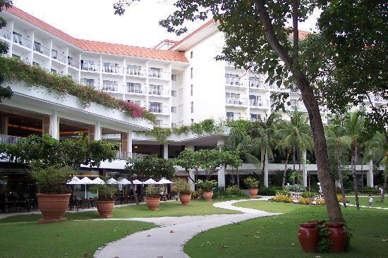Shangri-La's Mactan Resort & Spa: Main wing of hotel at dusk