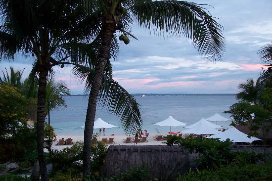 Shangri-La's Mactan Resort & Spa: Beach at dusk