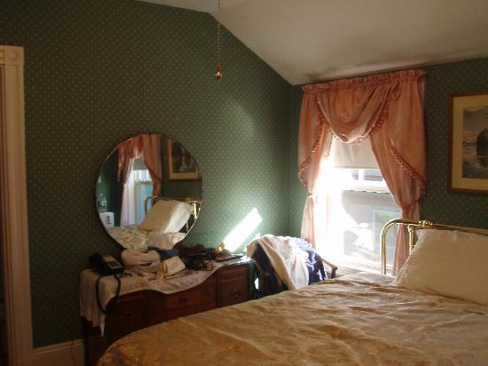 Coolidge Corner Guest House: Bed & Bagel: bed and dresser
