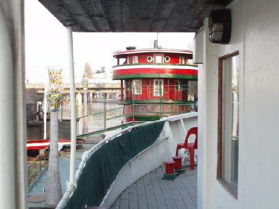 ذا ريد بوت: The white boat - exterior