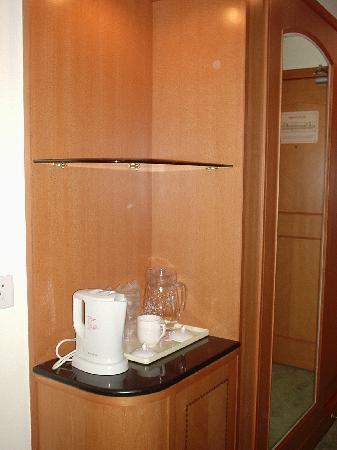 Guoxi Hotel : kettle and 'mini' bar