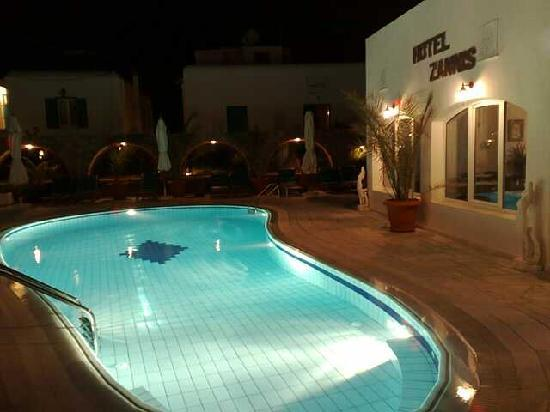 Hotel Zannis: Pool area at night
