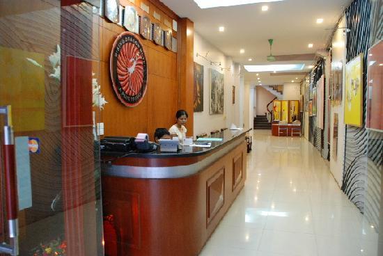 Rising Dragon Hotel: nice hotel counter