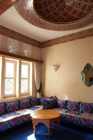 Dar El Kanoun : Another view of the lounge area.